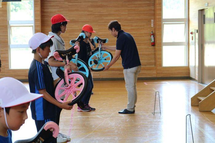 小学校へ一輪車寄贈